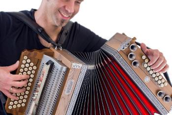 Steirische Harmonika kaufen - Mann spielt