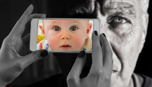 Steirische Harmonika lernen alter Mann Smartphone Baby